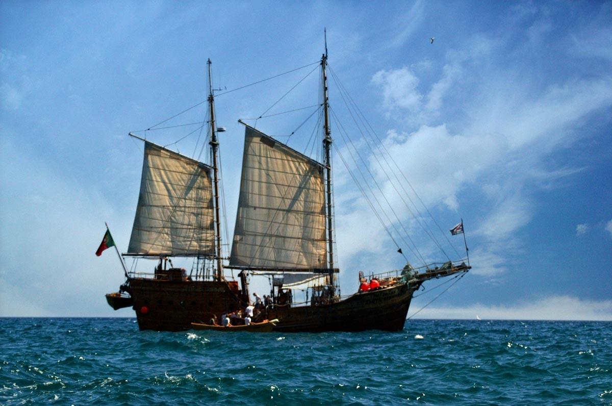 Piratenschiff vor der Küste der Algarve in Portugal