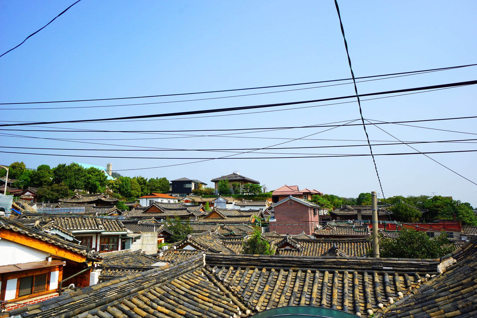 Typisch für Bukcheon sind die traditionell gedeckten Dächer des Viertels.