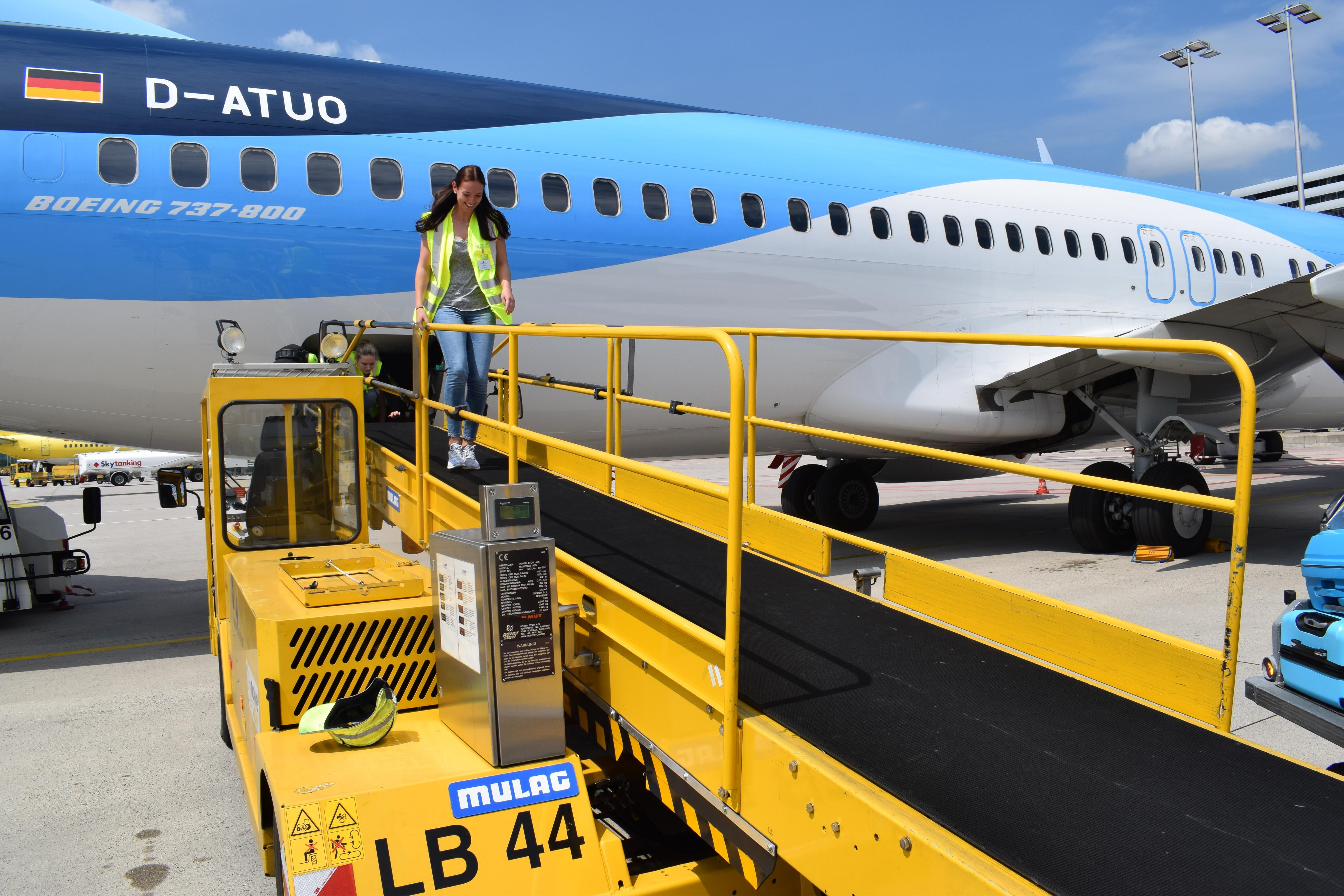 Der Weg aus dem Laderaum einer TUI Boeing in Stuttgart