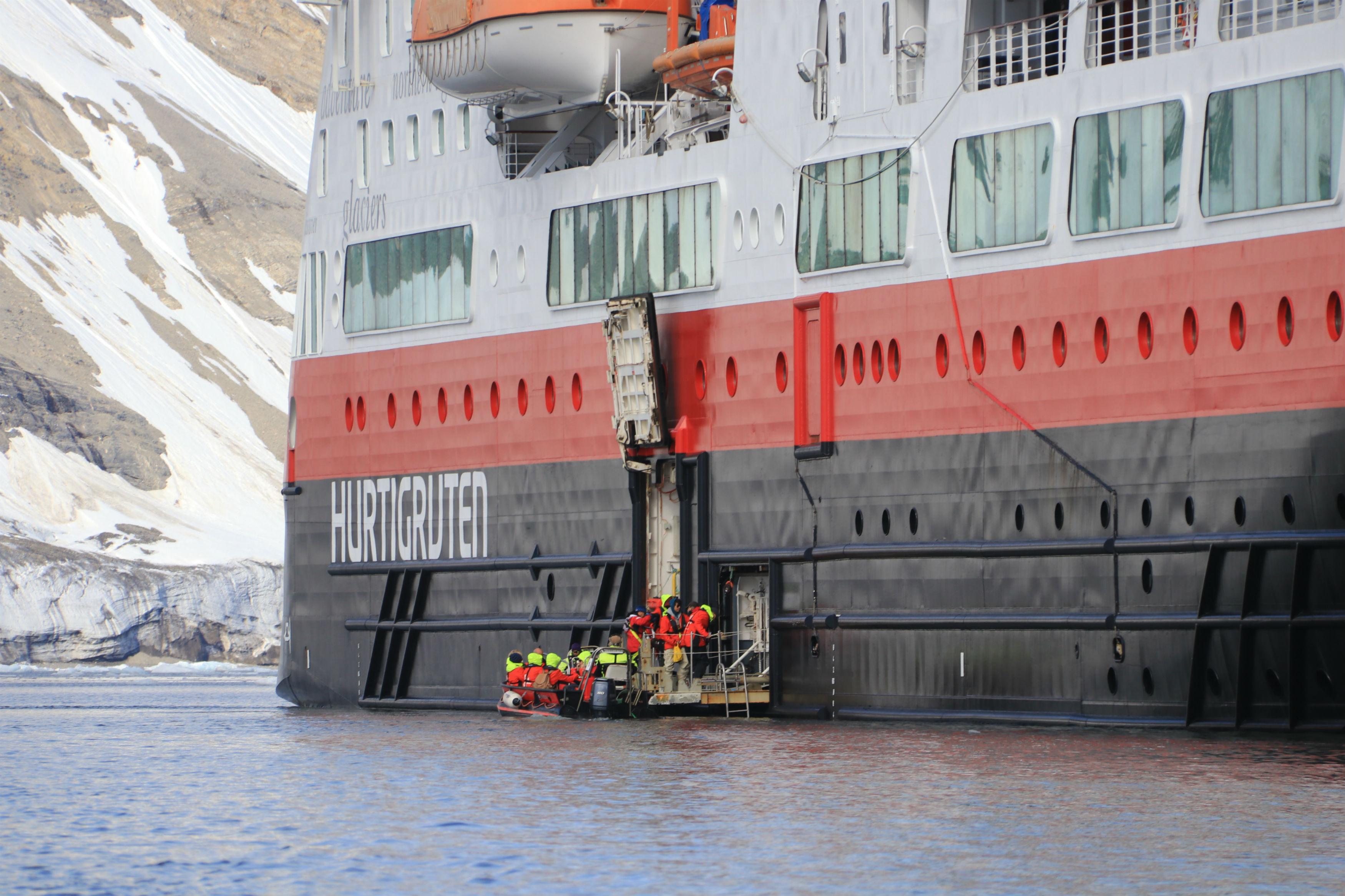 © Arnau Ferrer: Die Hurtigruten in Spitzbergen bei einer Anlandung