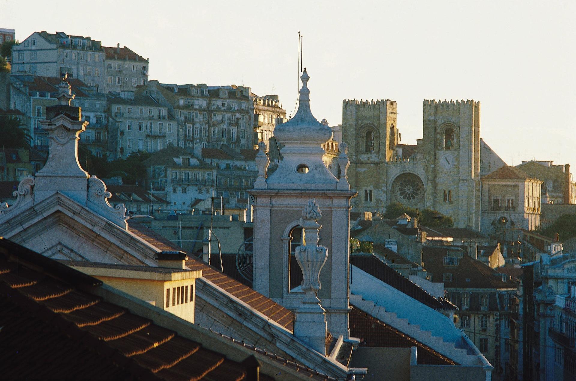 Wunderschöne Gebäude in Lissabon mit Blick auf die Kathedrale