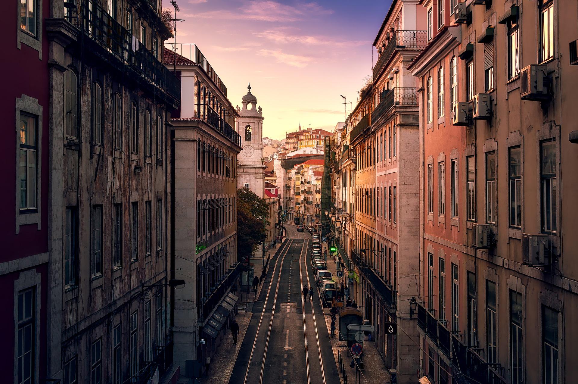 Lissabons bunte Straßen bei Sonnenuntergang