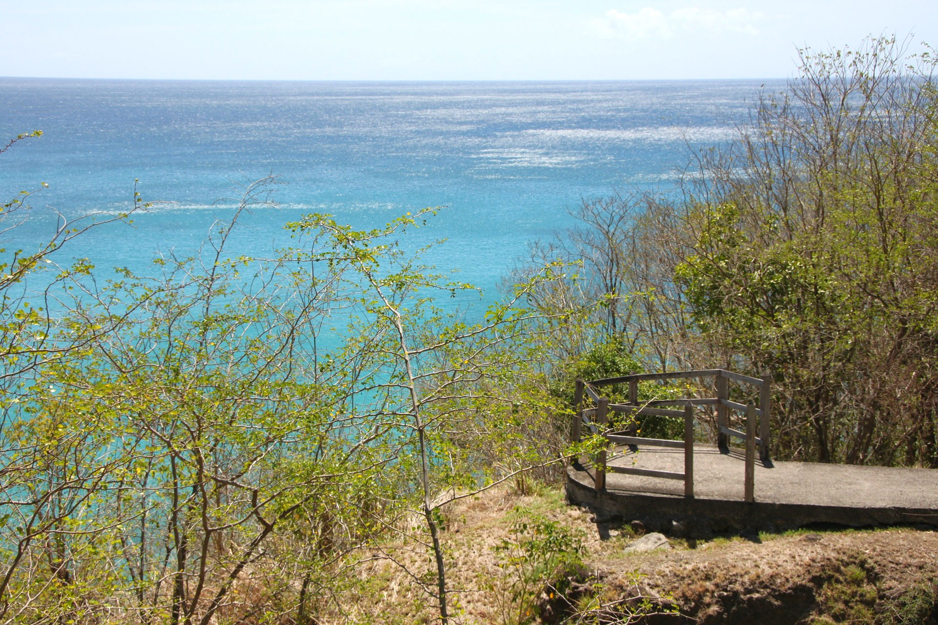 Die Insel bietet unzählige Aussichtsplattformen, von denen du einen atemberaubenden Blick auf das Meer bekommst