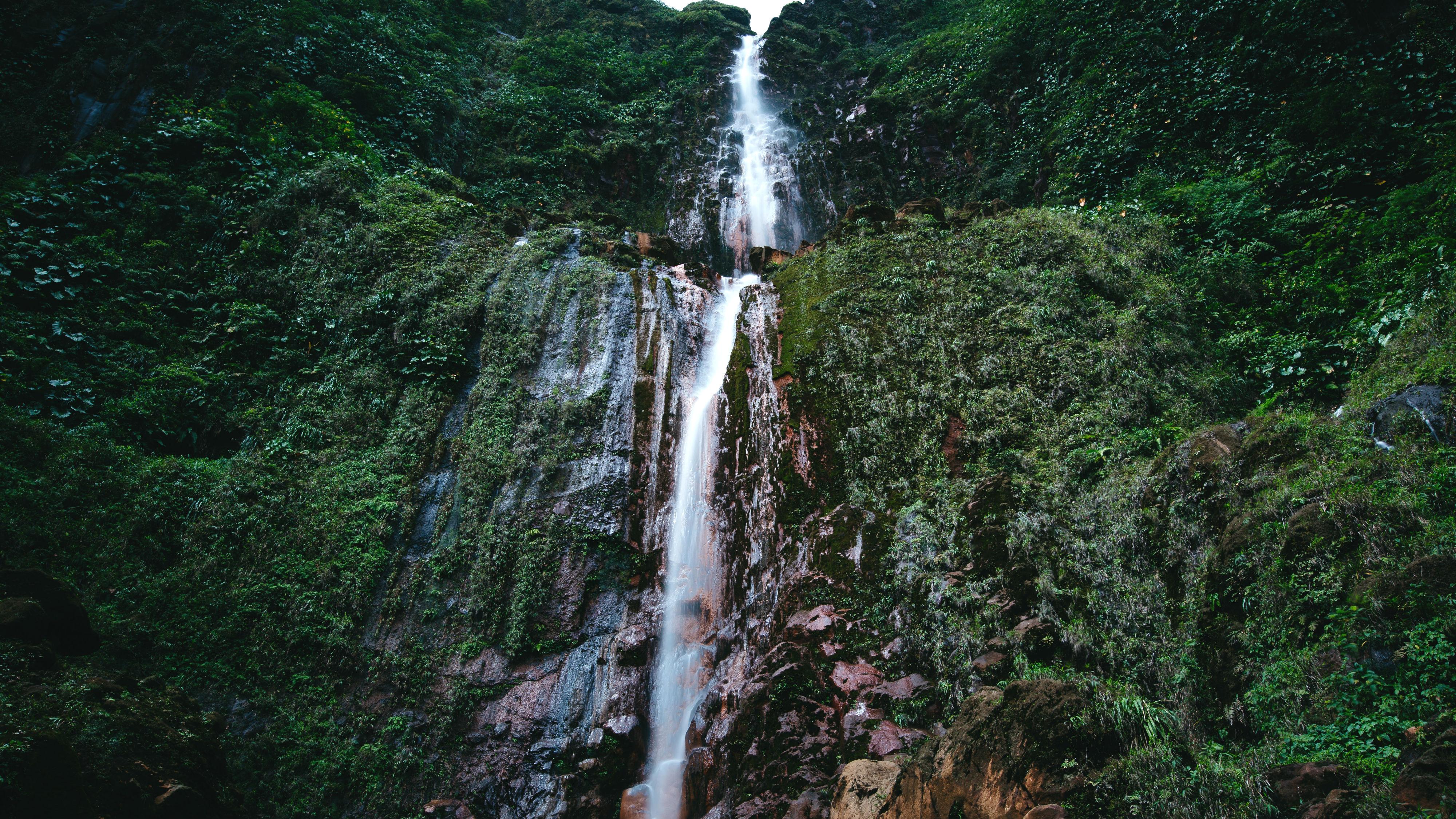Ein Highlight auf Guadeloupe sind die gigantischen Wasserfälle, die sich in die Tiefe stürzen