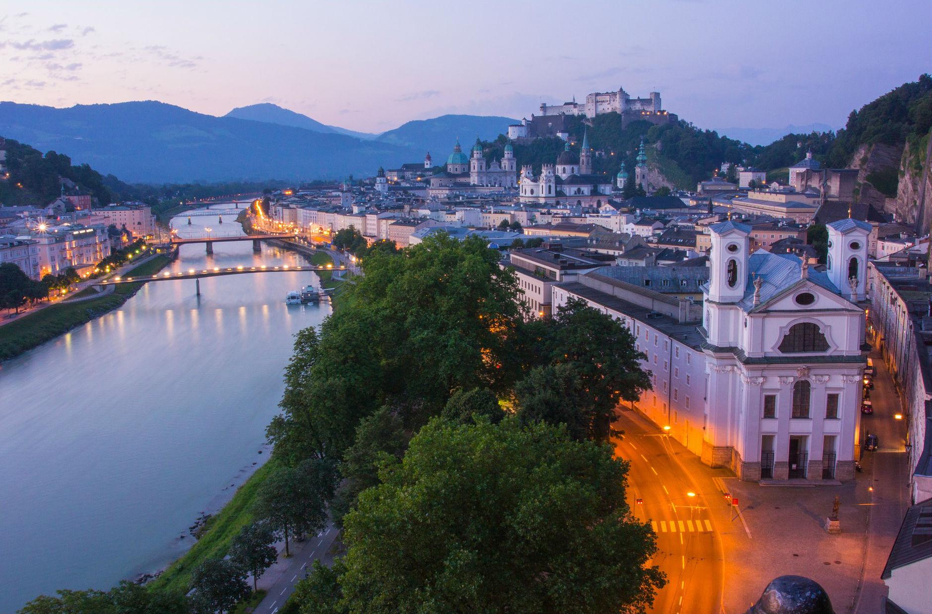 Besonders gegen Abend, wenn die Stadt in ein funkelndes Lichtermeer eintaucht, blüht Salzburg nochmal richtig auf