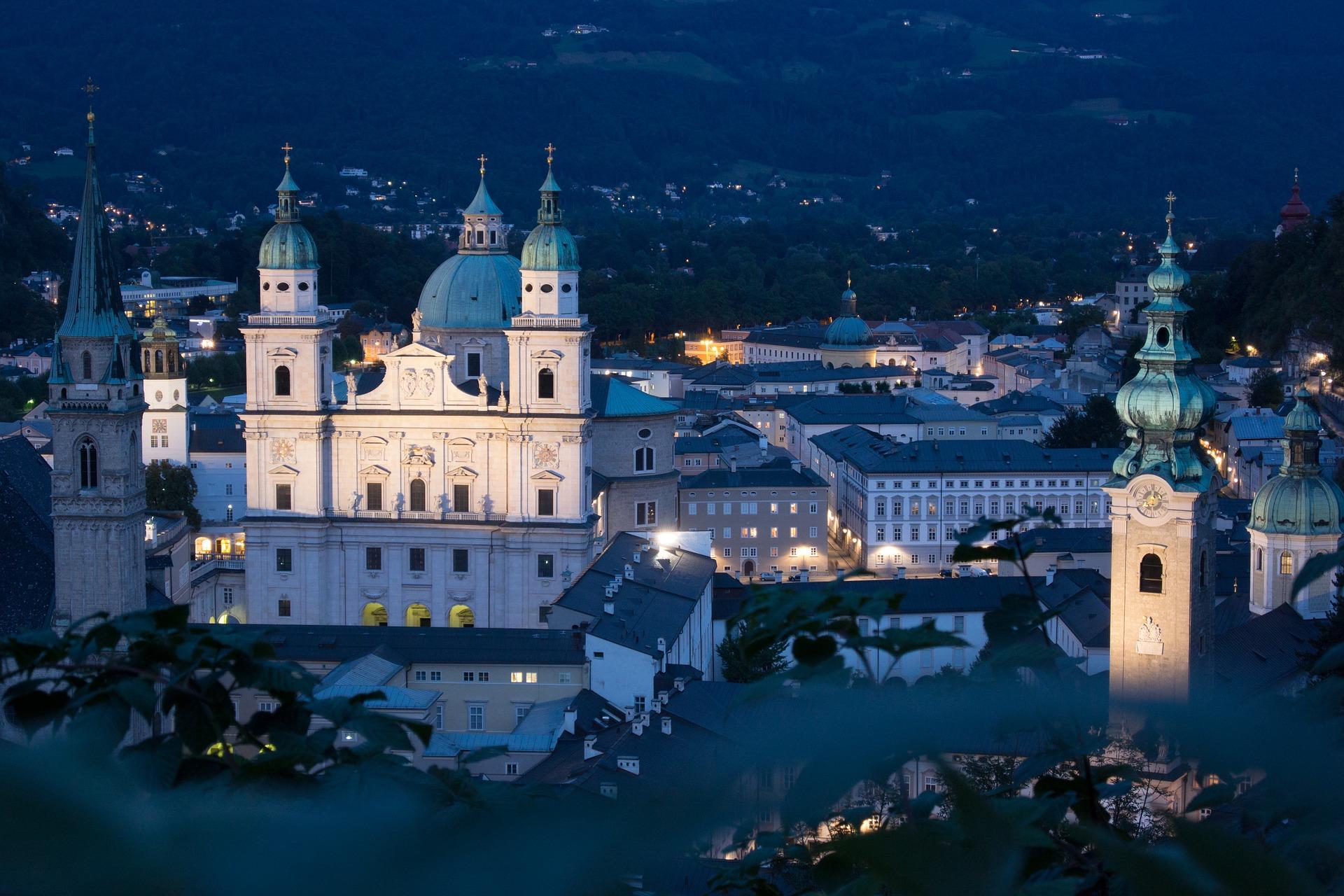 Auch nachts ist Salzburg einen Spaziergang wert, denn dann erstrahlen die schönsten Sehenswürdigkeiten in märchenhaftes Licht