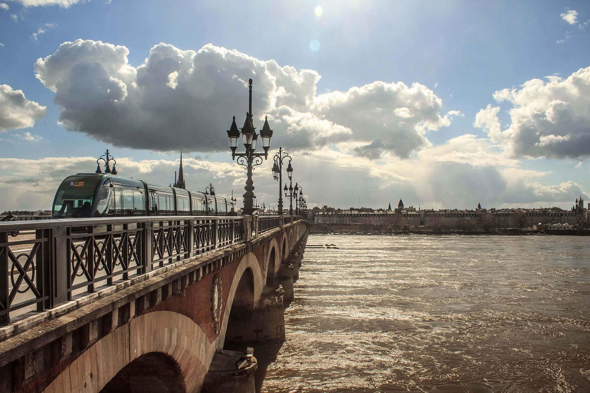 Pont de pierre samt Tram in Bordeaux - das öffentliche Verkehrsnetz ist erstaunlich gut