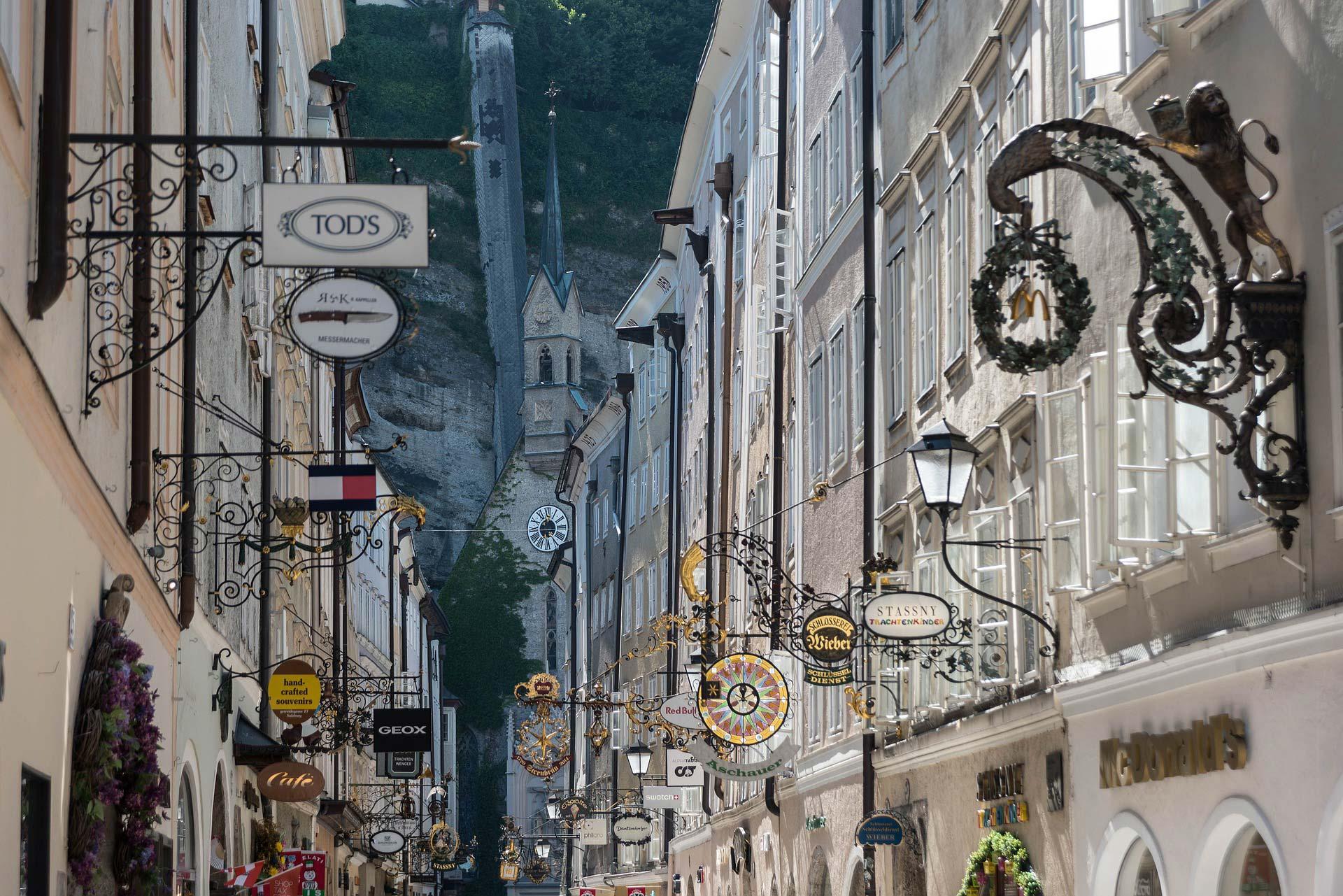 In Salzburgs Getreidegasse reihen sich Restaurants, Bars und Shops aneinander.