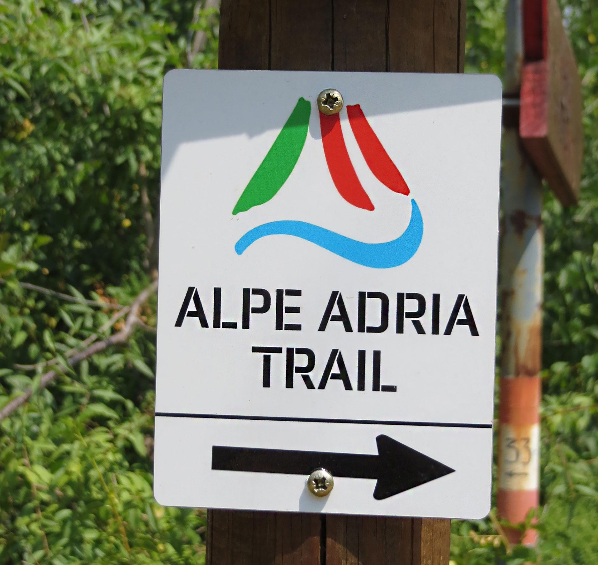 Das Logo des Alpe Adria Trails ➡️